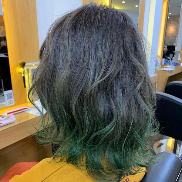 モノトーングレーのグラデーション 毛先はグリーンのマニキュアでディップカラー